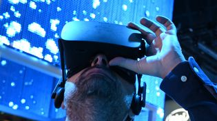 Un homme essayant un casque Genius VR au CES de Las Vegas le 10 janvier 2019. (ROBYN BECK / AFP)