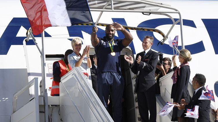 Teddy Riner et la délégation française accueillis comme des héros à leur arrivée à Roissy-Charles-de-Gaulle. (LIONEL BONAVENTURE / AFP)