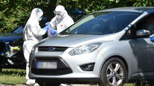 Des automobilistesréalisent un test au coronavirus, le 27 juillet 2020, àMamming, dans le sud de l'Allemagne. (CHRISTOF STACHE / AFP)