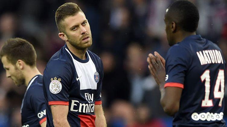 Le joueur du PSG Jérémy Ménez en discussion avec son coéquipier Blaise Matuidi