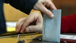 Une enveloppe est mise dans une urne électorale. (/NCY / MAXPPP)