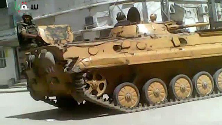 Un soldat syrien est assis sur un char, dans la périphérie de Damas, selon une vidéo postée le 9 avril 2012 sur YouTube. (AFP PHOTO / YOUTUBE)