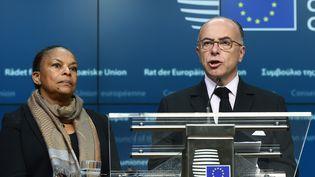 Bernard Cazeneuve etChristiane Taubiradevant la presse à Bruxelles le 20 novembre2015.  (EMMANUEL DUNAND / AFP)