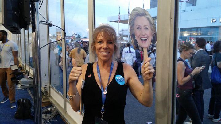 Jule Sandoval, supportrice d'Hillary Clinton, dans les allées de la convention démocrate à Philadelphie(Etats-Unis), le 26 juillet 2016. (MATHIEU DEHLINGER / FRANCETV INFO)