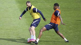 Karim Benzema et Presnel Kimpembe lors d'un entraînement de l'équipe de France pour préparer l'Euro 2021 de football. (JEAN CATUFFE / JEAN CATUFFE)