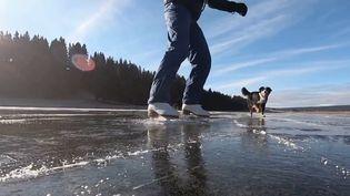 En Suisse, les habitants qui vivent à proximité du lac des Taillères peuvent s'adonner à l'un de leurs loisirs préférés : le patinage. Le point d'eau s'est en effet transformé en patinoire. (FRANCE 3)