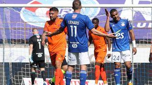 Les Strasbourgeois Dimitri Liénard et Alexander Djiku après l'ouverture du score de Montpellier le 9 mai 2021 lors de la 36e journée de Ligue 1. (JEAN-MARC LOOS / MAXPPP)