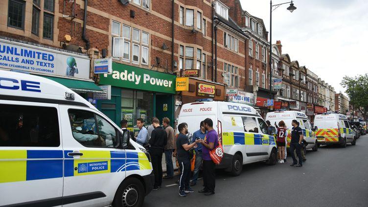 Des policiers britanniques perquisitionnent un appartement du quartier de Barking, dans la banlieue de Londres (Royaume-Uni), le 4 juin 2017, au lendemain d'une attaque terroriste. (BEHLUL CETINKAYA / ANADOLU AGENCY / AFP)