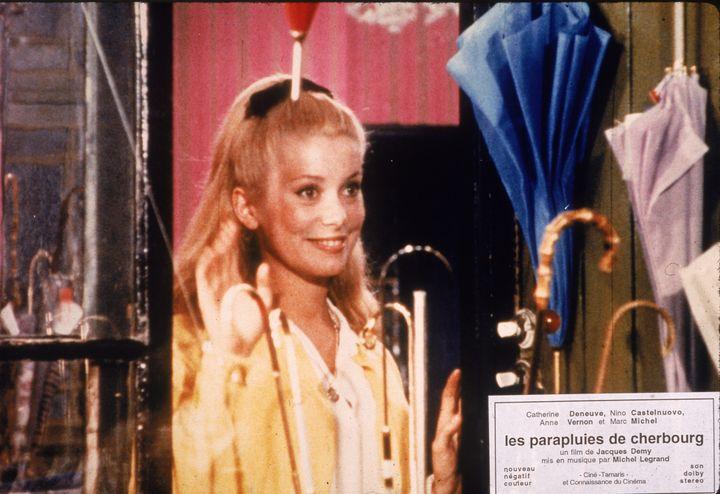 """En 1964, le drame musical """"Les Parapluies de Cherbourg"""", avec Catherine Deneuve, reçoit la palme d'or à Cannes. (HULTON ARCHIVE / MOVIEPIX)"""