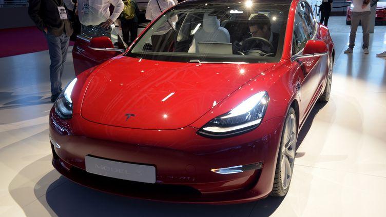 La Tesla model 3 est présentée au Mondial de l'Automobile de Paris, le 2 octobre 2018. (ERIC PIERMONT / AFP)