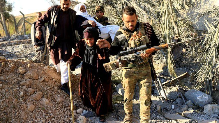 Aidées de la coalition internationale menée par les Etats-Unis, les forces irakiennes progressent lentement versla reprise de Mossoul. Des deux côtés de la ligne de front, les pertes militaires s'accumulent. Parallèlement, les civils sont toujours plus nombreux àfuir Mossoul.Au total, plus de 125 000 habitants ont quitté la ville entre octobre 2016 et janvier 2017, selon l'ONU. Ils sont parfois aidésdans leur périplepar les forces de la division de réactionrapide irakienne, comme sur la photo ci-dessus, prisedans le quartier de Mithaq, à l'est de Mossoul en Irak, le 3 janvier 2017. Cinq jours plus tard, le 8 janvier 2017,les forces d'élite du contre-terrorisme atteignent le Tigre par l'est. (THAIER AL-SUDANI / REUTERS)