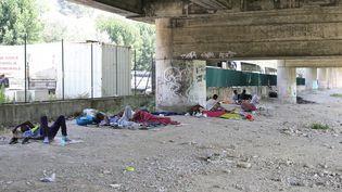 Des réfugiés sous un pont à Ventimille (Italie), près de la frontière avec la France, le 14 juillet 2018. (MASSIMILIANO FERRARO / NURPHOTO / AFP)