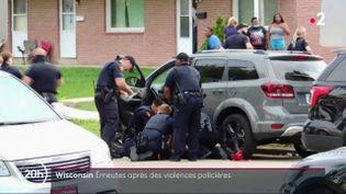 Des policiers entourent Jacob Blake, un Afro-Américain de 29 ans, tout juste blessé par balles àKenosha (Wisconsin) le 23 août 2020. (FRANCE 2)