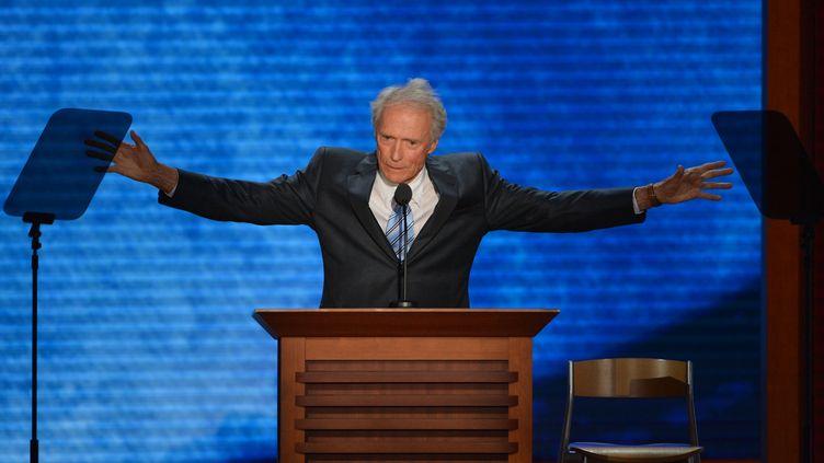 L'acteur et réalisateur Clint Eastwood et sa chaise lors de son intervention à Tampa, le 30 août 2012. (STAN HONDA / AFP)
