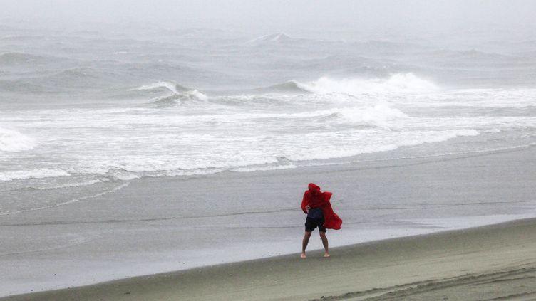 Un homme marche le long de l'eau, sur une place de Caroline du Sud (Etats-Unis), après le passage de la tempête tropicale Hermine, le 3 septembre 2016. (RANDALL HILL / REUTERS)
