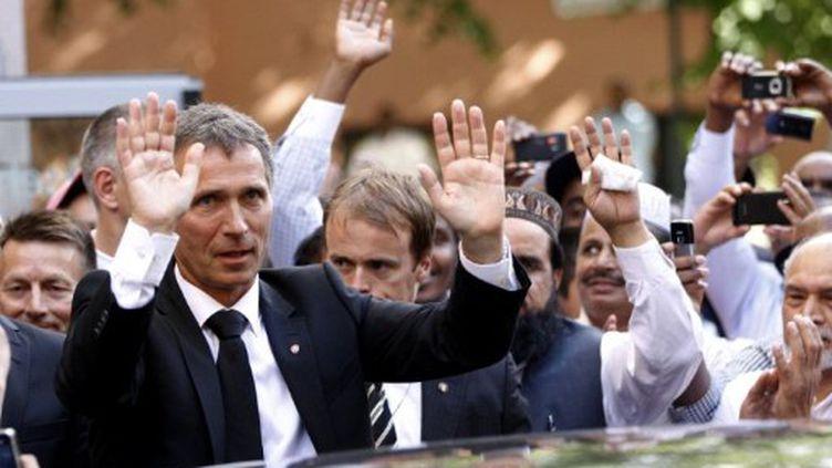 Le Premier ministre norvégien salue la foule après une cérémonie d'obsèques à Oslo, le 29 juillet 2012. (AFP)