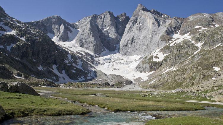 Le massif du Vignemale (Gavarnie, Haute-Pyrénées), au mois de juin 2009. (JEAN-PAUL AZAM / AFP)