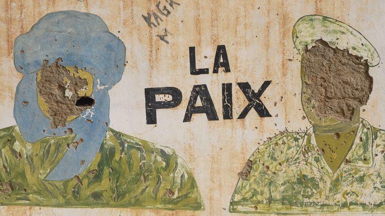 """Unmur de la place du quartier d'Abaradjou a Tombouctou au Mali, où s'est déroulé le festival """"Vivre Ensemble"""" du 17 au 20 janvier 2020. Le dessin représenteun touareg et un militaire malien.Ce mémorial fut érigéen 1996, il symbolise la paix enfin retrouvée. (MAXPPP)"""