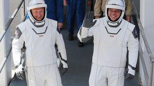 Les astronautes Bob Behnken (à droite) et Doug Hurley avant leur montée dansla capsule Crew Dragon au Centre spatial Kennedy, le 30 mai 2020, à Cape Canaveral, en Floride. (JOE RAEDLE / GETTY IMAGES NORTH AMERICA / AFP)