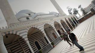 Des rebelles dans la cour de la mosquée de Khaled Ben Walid, compagnon de Mahomet, à Homs, le 3 mai 2012. La mosquée avait été construite autour du mausolée du XIe siècle. La mosquée a été bombardée, le mausolée détruit, selon un militant.  (Joseph Eid / AFP)