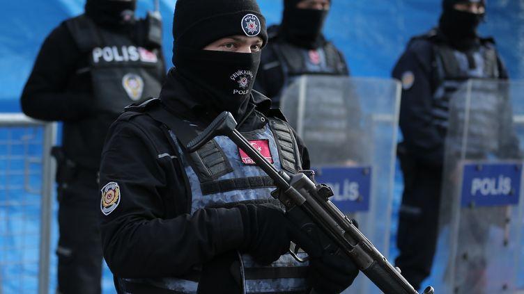 Des policiers turcs surveillentla discothèque stambouliote visée par un attentat terroriste revendiqué par le groupe Etat islamique, le 1er janvier 2017. (HUSEYIN ALDEMIR / REUTERS)