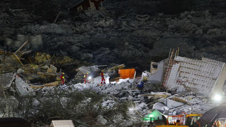 Les secours recherchent des survivants après un glissement de terrain à Gjerdrum, en Norvège, le 3 janvier 2021. (JIL YNGLAND / NTB / AFP)