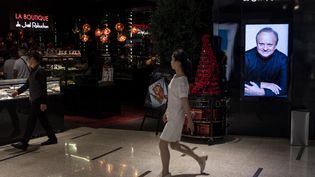 Devant le restaurant de Joël Robuchon à Shanghai. (JOHANNES EISELE / AFP)