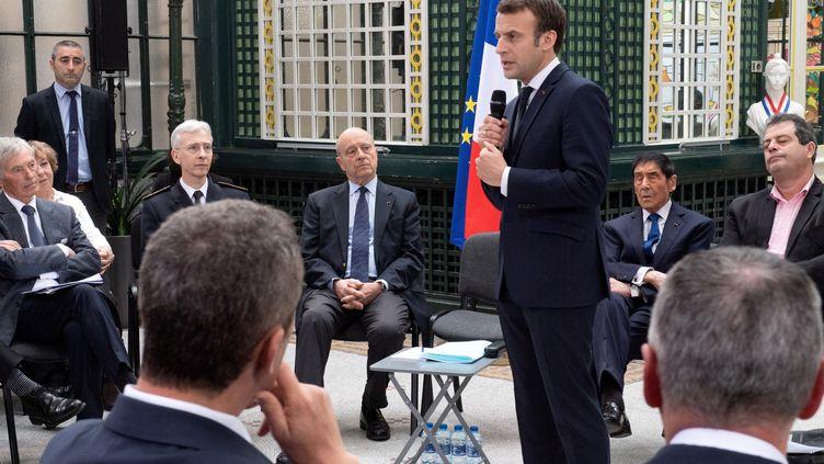 Emmanuel Macron s'exprime lors d'une rencontre avec des élus locaux, à Bordeaux (Gironde), le 1er mars 2019. (CAROLINE BLUMBERG / AFP)