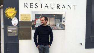 Alexandre Couillon devant son restaurant doublement étoilé. (Laurent Mariotte / Radio France)