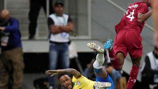 Neymar tombe au sol face au Qatar, le 5 juin 2019, à Brasilia (Brésil). (UESLEI MARCELINO / REUTERS)
