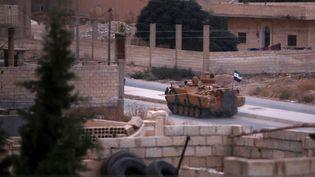 Un véhicule blindé fourni par Ankara aux forces soutenues par la Turquie à Tal Abyad (Syrie), le 20 octobre. (BAKR ALKASEM / AFP)