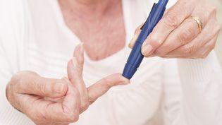 Une femme atteinte du diabète teste son taux d'insuline.  (SCIENCE PHOTO LIBRARY / R3F)