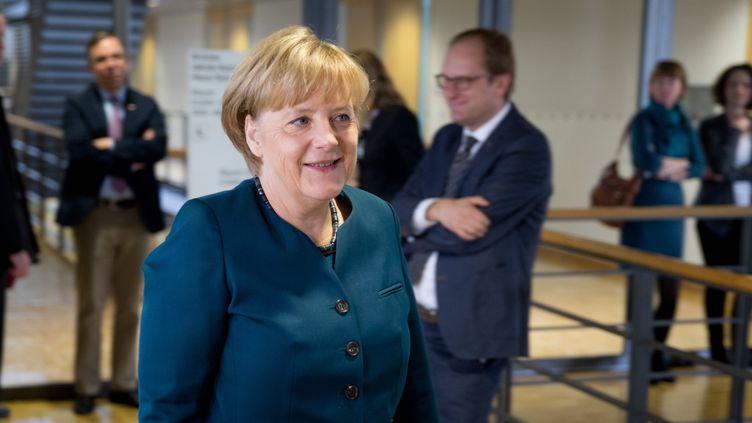 Angela Merkel, la chancelière allemande, se rend à la première réunion de négociation avec le SPD pour former un gouvernement de coalition, le 4 octobre 2013 à Berlin (Allemagne). (KAY NIETFELD / DPA)