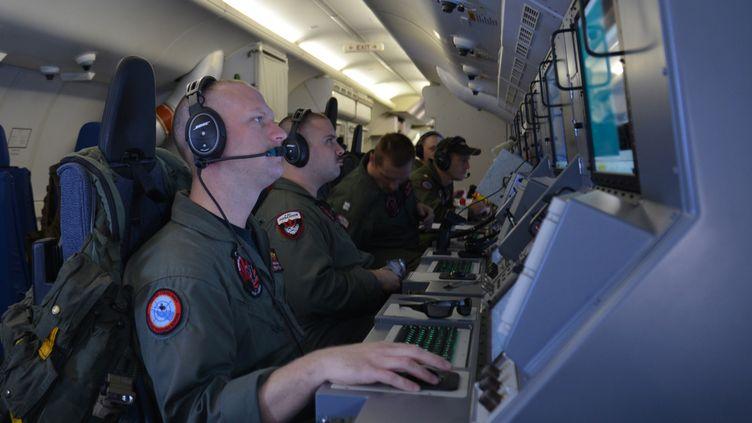 Photo diffusée par l'US Navy montrant des membres de l'équipage duP-8 Poseidon en poste dans l'avion, le 16 mars 2014. (US NAVY / AFP)