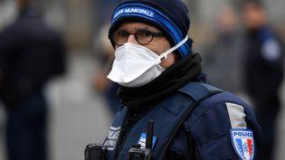 Un policier portant un masque, le 21 mars 2020 à Rennes (Ille-et-Vilaine). (DAMIEN MEYER / AFP)