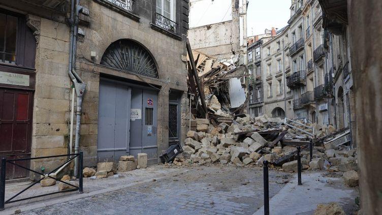 Les décombres des immeubles effondrés rue de la Rousselle à Bordeaux (Gironde), le 21 juin 2021. (THIBAUD MORITZ / AFP)