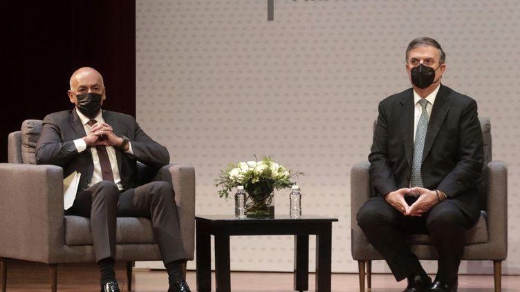 Le répresentant du gouvernement vénézuélien Jorge Rodríguez et le ministre des Affaires étrangères mexicain,Marcelo Ebrard, le 13 août à Mexico. (EYEPIX / AFP)