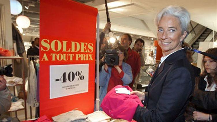 La ministre de l'Economie Christine Lagarde en avril 2009 à Paris, lors du le coup d'envoi d'une semaine de soldes (AFP - Patrick Kovarik)