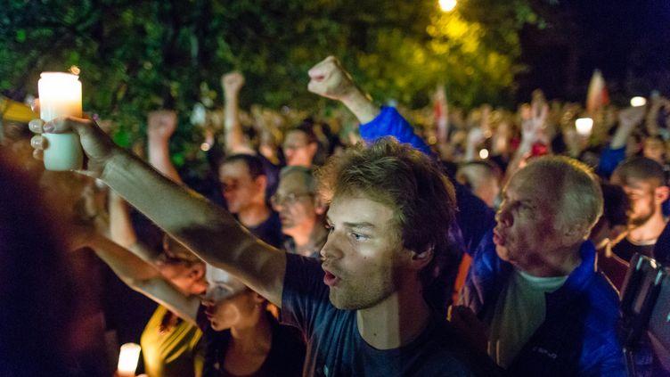 Des manifestants en Pologne contre la réforme de la Cour suprême devant le Sénat à Varsovie, le 21 juillet 2017. (WOJTEK RADWANSKI / AFP)