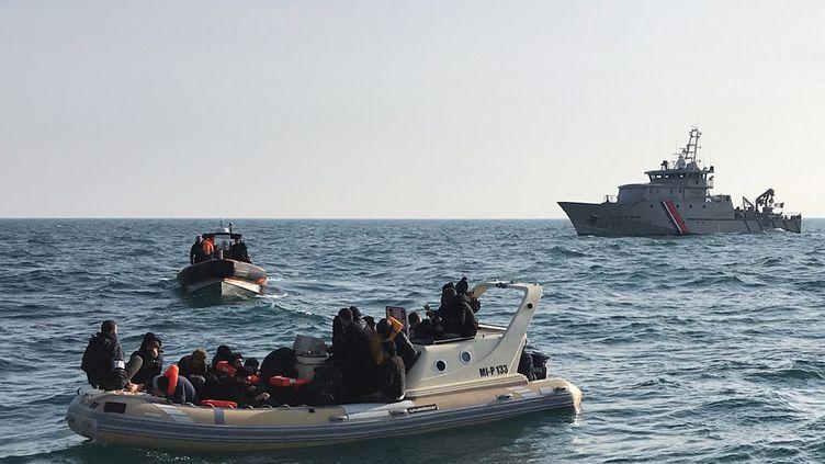 Des migrants embarqués sur un canotrecueillis par la marine britannique dans la Manche le 18 février 2019 (illustration). (HANDOUT / SNSM)