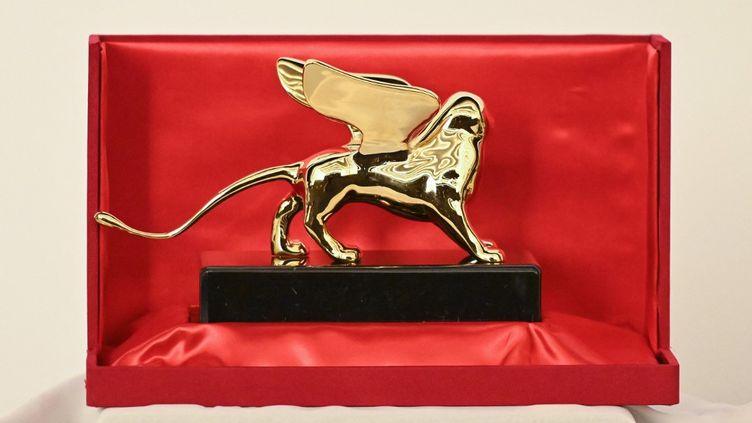 Le Lion d'or, ultime récompense de la Mostra de Venise (2020). (ALBERTO PIZZOLI / AFP)