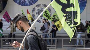 Un manifestant lors d'une mobilisation, le 18 juin 2014, à la gare parisienne d'Austerlitz. (FRED DUFOUR / AFP)