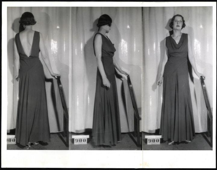 Ici l'exigence documentaire induit un dispositif photographique à l'esthétique industrielle ; le modèle est dupliqué dans des diptyques, triptyques et parfois dans des miroirs à trois pans, qui permettent de tourner autour (face, dos, profil) dans une vision cinétique et moderne du vêtement.   (Archives de Paris / DU1210 324)