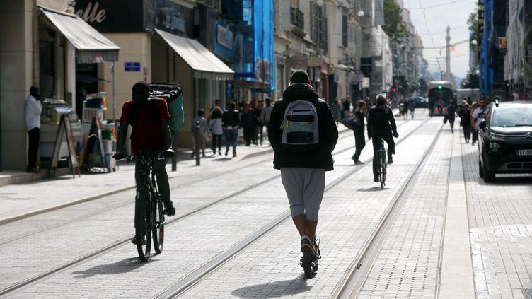 Piétons, vélos et trottinettes à Marseille le 12 octobre 2018. (VALLAURI NICOLAS / MAXPPP)