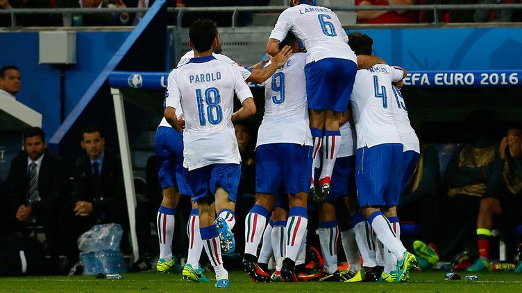 Les joueurs italiens célèbrent le premier but, le 13 juin 2016, au parc OL de Lyon (Rhône). (EVREN ATALAY / ANADOLU AGENCY / AFP)
