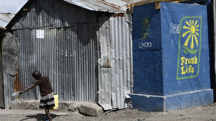 La compagnie Sanergy a installé des sanitaires dans le bidonville de Mukuru à Nairobi. 100 000 personnes utilisent ces toilettes sèches. (SIMON MAINA / AFP)