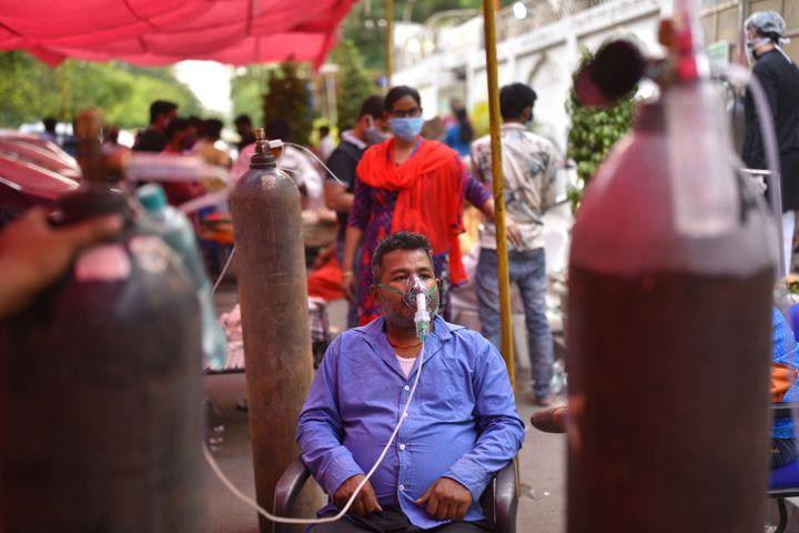 Un homme est placé sous oxygène dans un lieu de culte sikh, le 28 avril 2021, à New Delhi (Inde). (IDREES MOHAMMED / AFP)