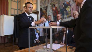 Le président de la République, Emmanuel Macron,vote au Touquet (Pas-de-Calais), pour le second tour des élections législatives. (CHRISTOPHE ARCHAMBAULT / AFP)