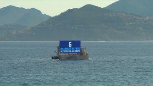 Un bateau avec un énorme panneau publicitaire crée la polémique en Côte d'Azur. Est-ce légal de faire de la pub ainsi ? Qu'en pensent les habitants ? (CAPTURE ECRAN FRANCE 2)
