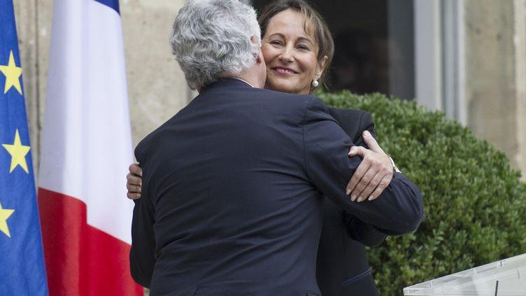 L'ancien ministre de l'Ecologie, Philippe Martin, passe le témoin à Ségolène Royal, le 2 avril 2014 à Paris. (FRED DUFOUR / AFP)